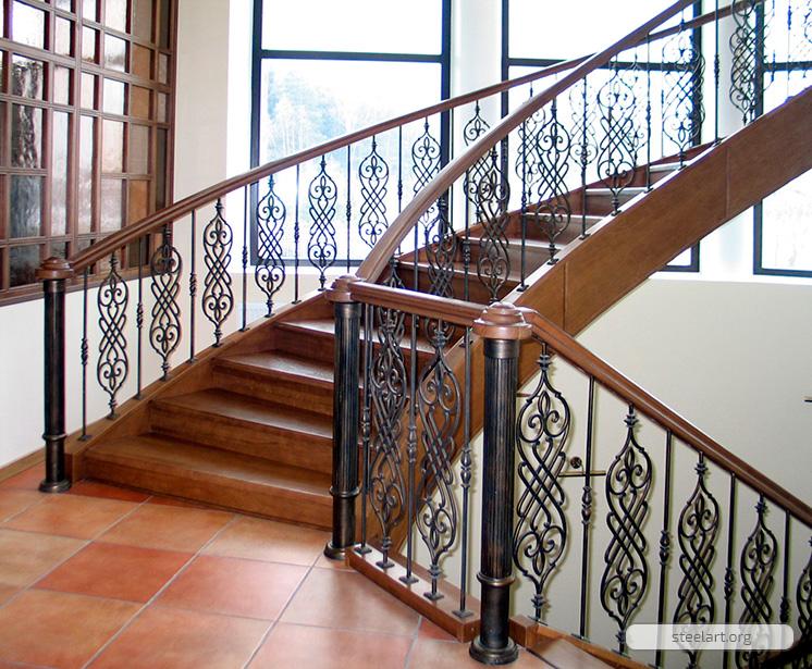 Деревянный поручень на лестнице