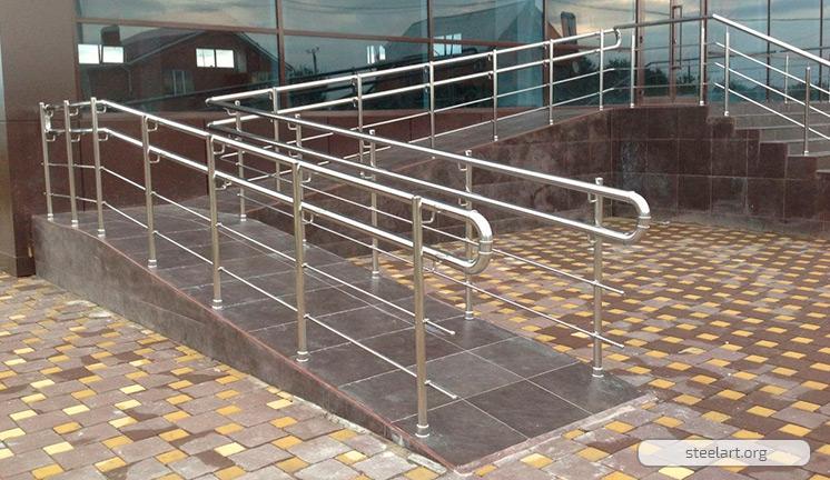 Стационарный пандус из бетона с перилами из нержавеющей стали