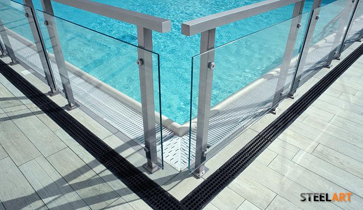 Ограждения в бассейн из металлического профиля со стеклом