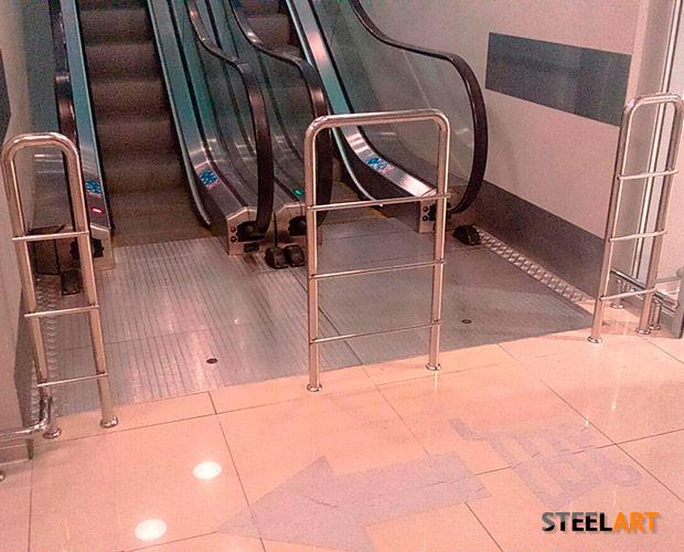 """Ограждения у эскалатора в Торговом доме """"ЗАР"""""""