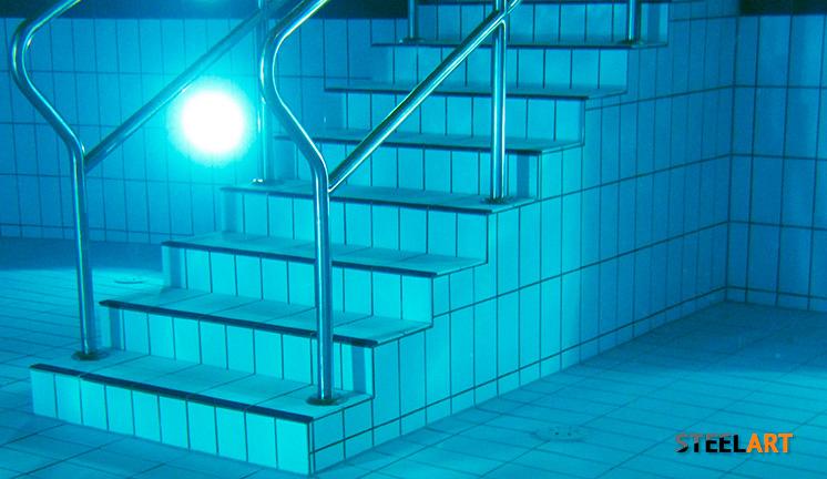 Перила вмонтированы в ступеньки бассейна