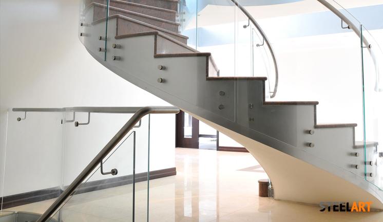 Стеклянные перила на винтовой лестнице. Стиларт