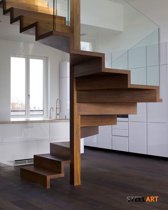 Стеклянные перила на деревянной лестнице