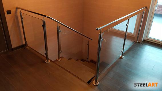 Перила со стеклом на лестнице
