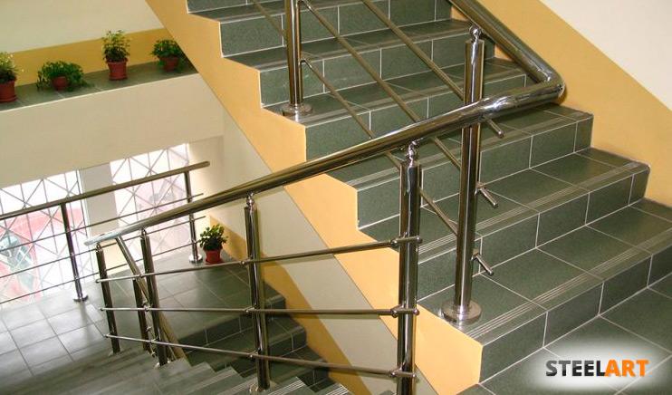 стальные перила из нержавейки на лестнице