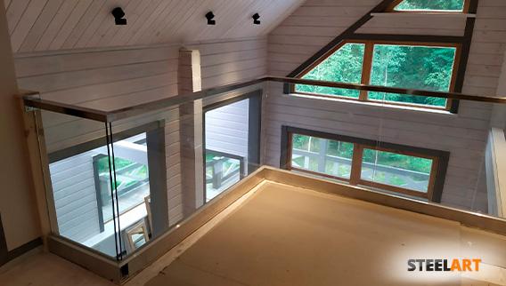 стеклянное ограждение 2 этажа в зажимном профиле в частном доме