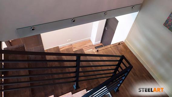 перила из нержавеющей стали на лестнице в коттедже