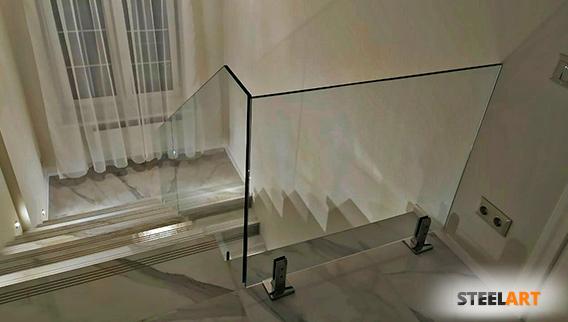 стеклянное ограждение в загородном доме из калёного стекла